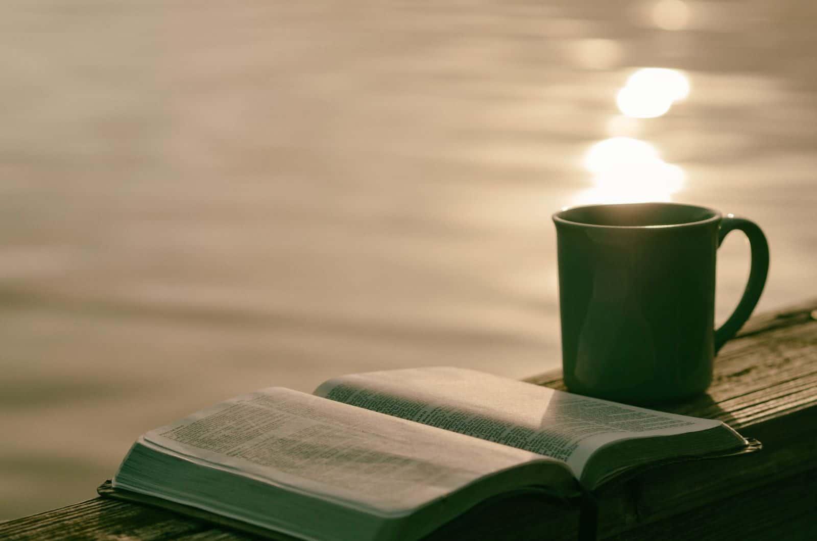 offenes Buch und eine Tasse