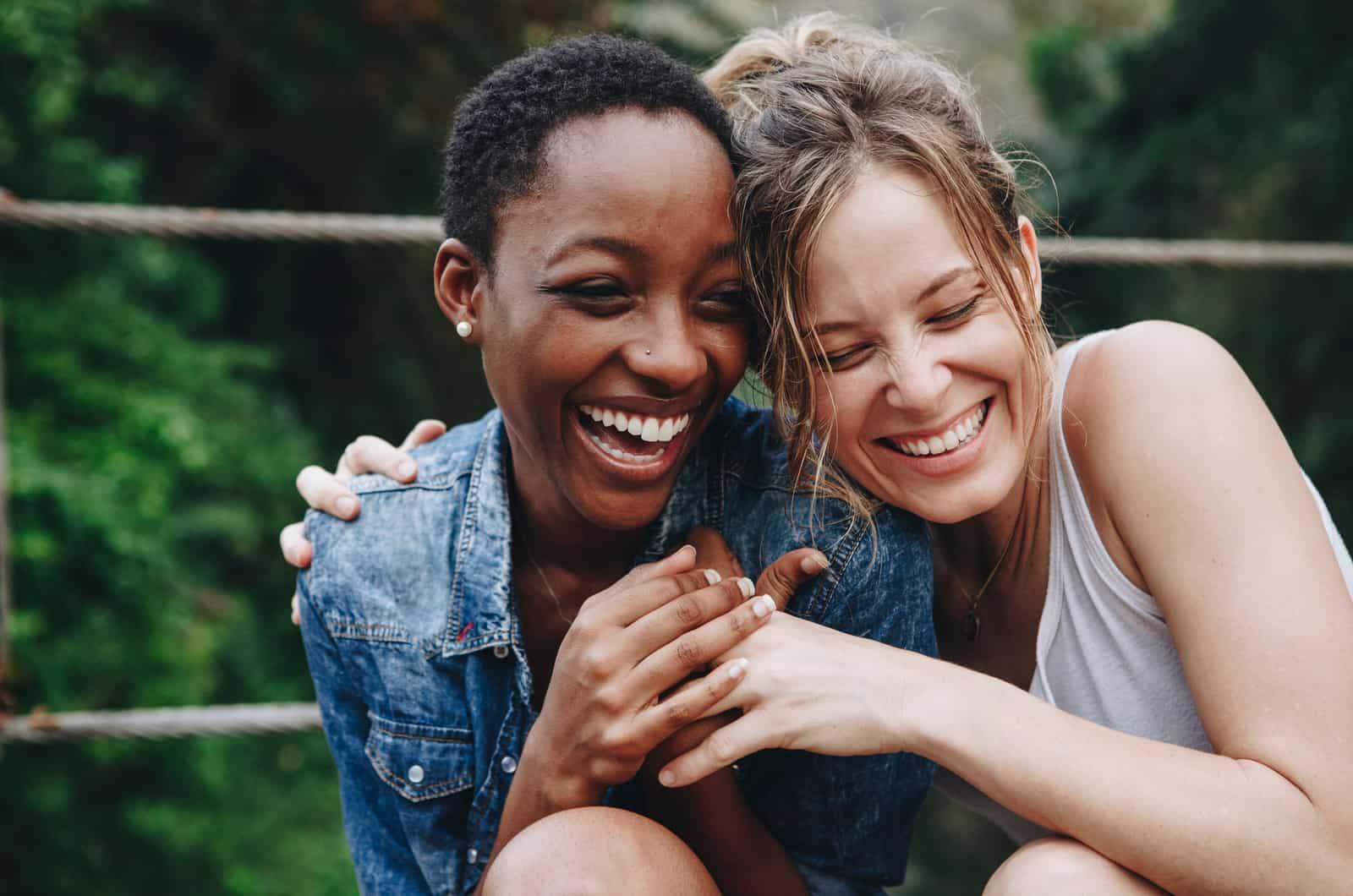 zwei Freunde umarmen und lachen